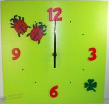 Horloge Coccinelles fond vert tendre chiffres rouge
