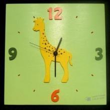 Horloge Girafe fond vert tendre chiffres orange et vert