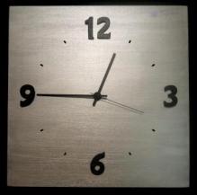 Horloge aspect metal chiffres noir
