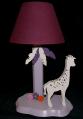 Lampe Girafe violine, crème, fond parme