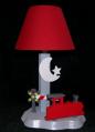 Lampe Dampflok rot, hintergrund hellgrau, Schirm rot