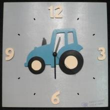 Horloge Tracteur bleu jantes crème fond gris chiffres crème